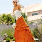 Robe orange et blanche